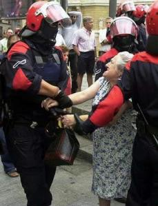 Noticias criminología. Policia deteniendo a una anciana . Marisol Collazos Soto