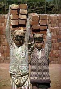 Noticias criminología. Niños de tres años esclavizados en una fábrica de ladrillos. Marisol Collazos Soto
