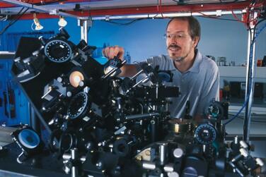 Actualidad informática. Almacenar información cuántica en un solo átomo. Rafael Barzanallana
