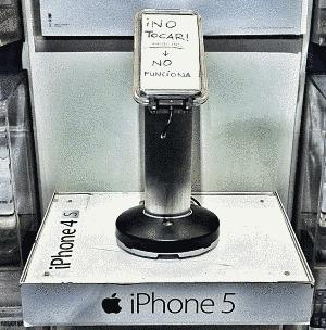 Actualidad Informática. Curiosa publicidad del Apple iPhone5 en FNAC. Rafael Barzanallana. UMU