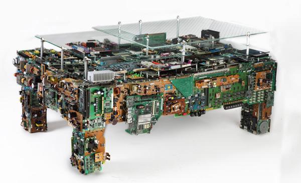 Actualidad informática. mesa elaborada con restos de ordenadores. Rafael Barzanallana