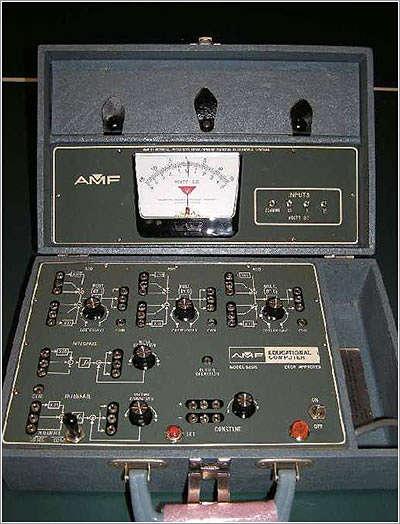 Actualidad Informática. antiguo ordenador analógico AMF665D. Rafael Barzanallana
