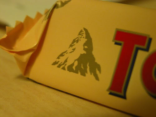 Toca Comer. Logo Toblerone incorpora un oso en la montaña. Marisol Collazos Soto